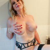 jolie femme mature blonde gros seins