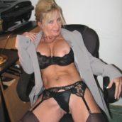 femme de 60 ans et plus en lingerie sexy porte-jarretelles