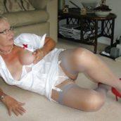 vieille infirmière chaude