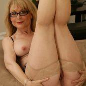 jolie mamie à lunettes nue