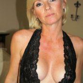 femme mature en robe sexy