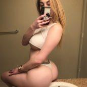 selfie cul rond femme blonde sexy