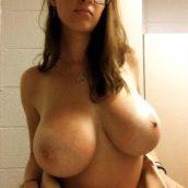 fille à lunettes aux gros seins lourds