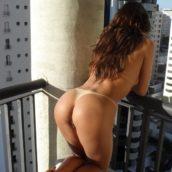 exhibe au balcon