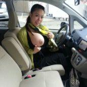 exhibe dans la voiture