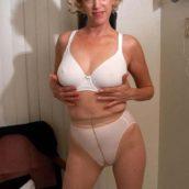 femme mature moche en collants et culotte