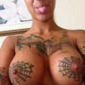fille exhibe ses tatouages sexy