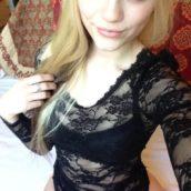coquine blonde en body transparent