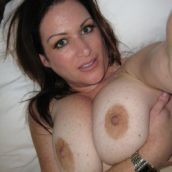 grosse poitrine de femme de 40 ans
