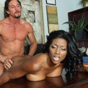 femme black qui se fait défoncer sur le bureau