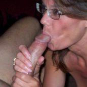 femme à lunette suce une queuqette