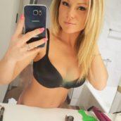 femme blonde de 30 ans sexy