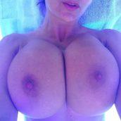 gros seins dans cabine de bronzage