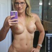 selfie MILF blonde à lunettes nue