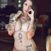 femme nue tatouée de la tête aux pieds