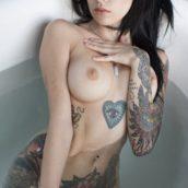 suicide girl nue dans son bain