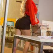 blonde habillée comme un tapin