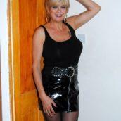 Femme mature tenue en cuir BDSM