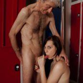 jeune femme suce vieil homme