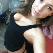 jolie brune non nude