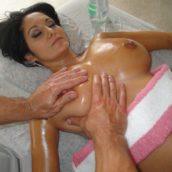 MILF seins nus au salon de massage