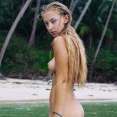blonde nue à la mer