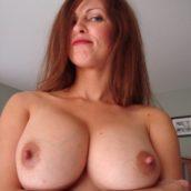 Femme mature aux gros seins nus
