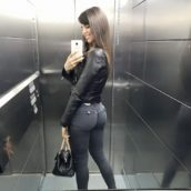 selfie sexy dans l'ascenseur