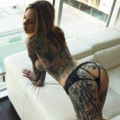 femme tatouée de la tête aux pieds